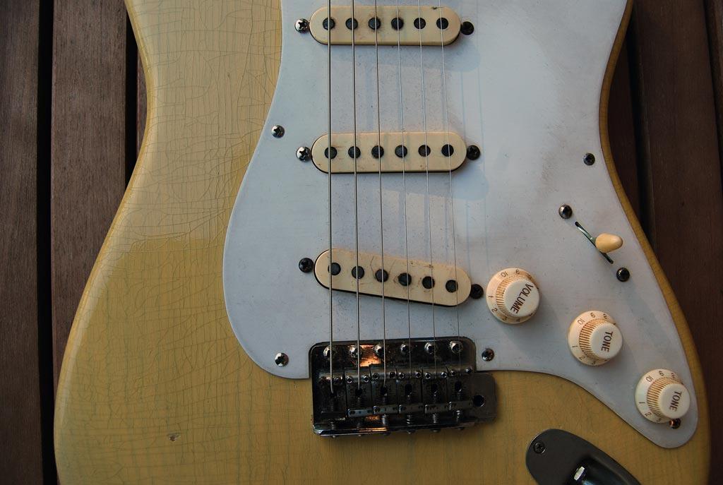 fender stratocaster 1957 blonde refinished - pickups and bridge