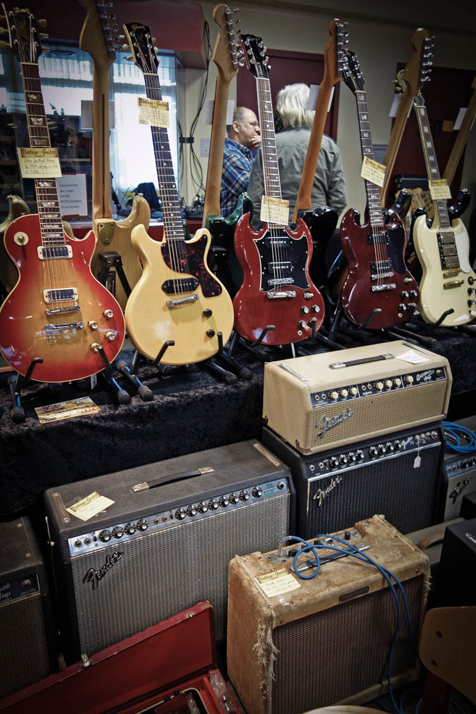 vintage guitar show oldenburg 2013 - booth of www.vintage-guitar.de with some nice fender vintage amps and a very nice gibson les paul junior tv from 1959